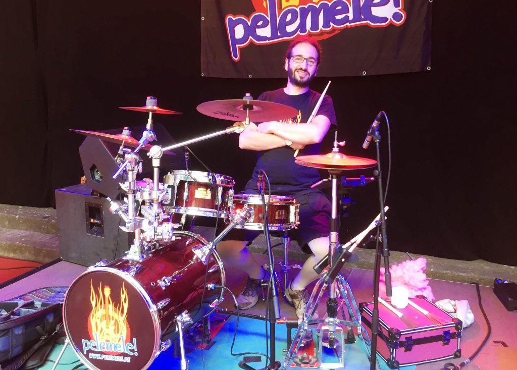 Rocken im Trockenen: Pelemele Schlagzeuger Andreas Niemann auf der Bühne der Kieler Krusenkoppel