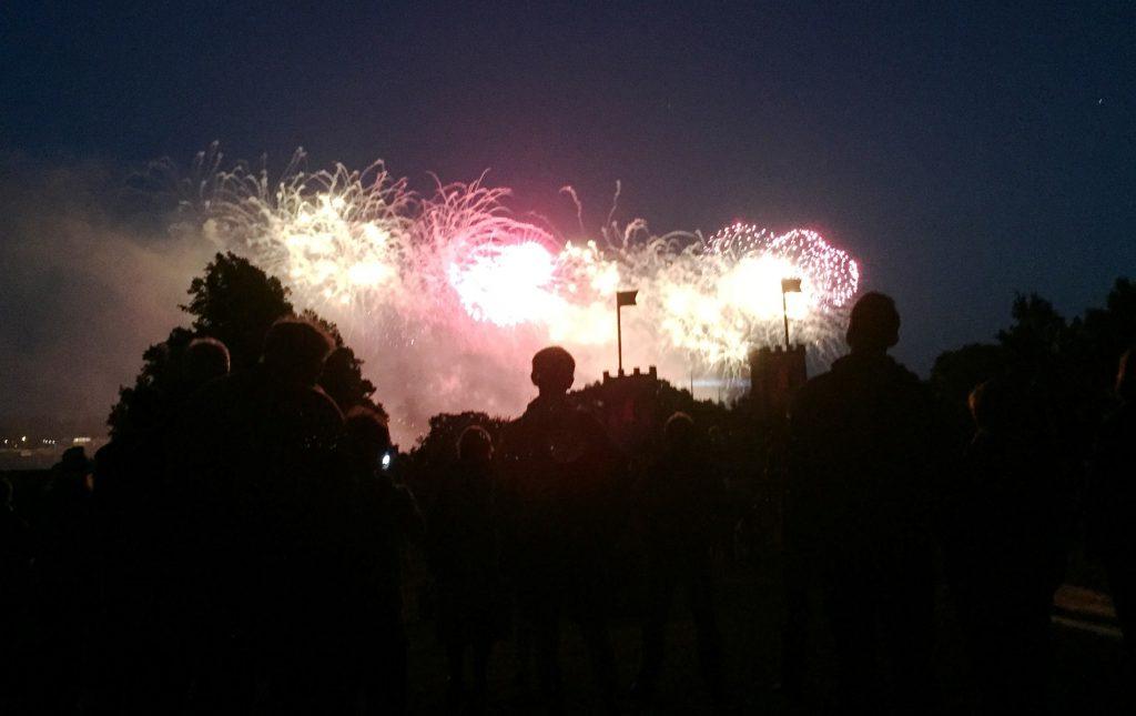 Von der Krusenkoppe aus das Abschlussfeuerwerk der Kieler Woche genießen