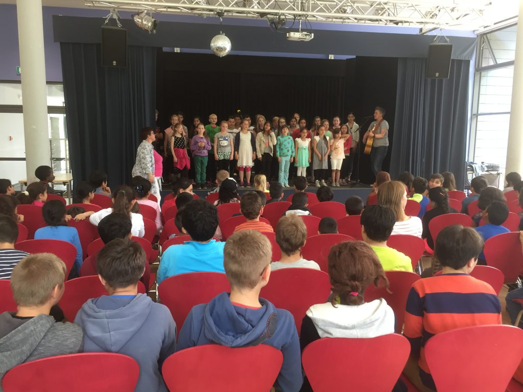 Suli Puschban probt mit dem Chor in der Kieler Fröbelschule