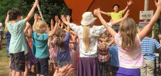 """Robert Metcalf aus Berlin und die Kinder der Christlichen Schule in Kiel begeistern mit """"Herr Kraketelsen und der Pinguin"""""""