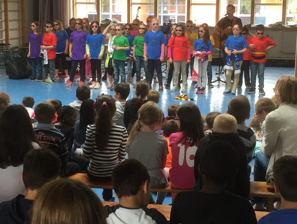 Suli Puschban und die 2b der Toni-Jensen-Schule in Kiel bei der Generalprobe