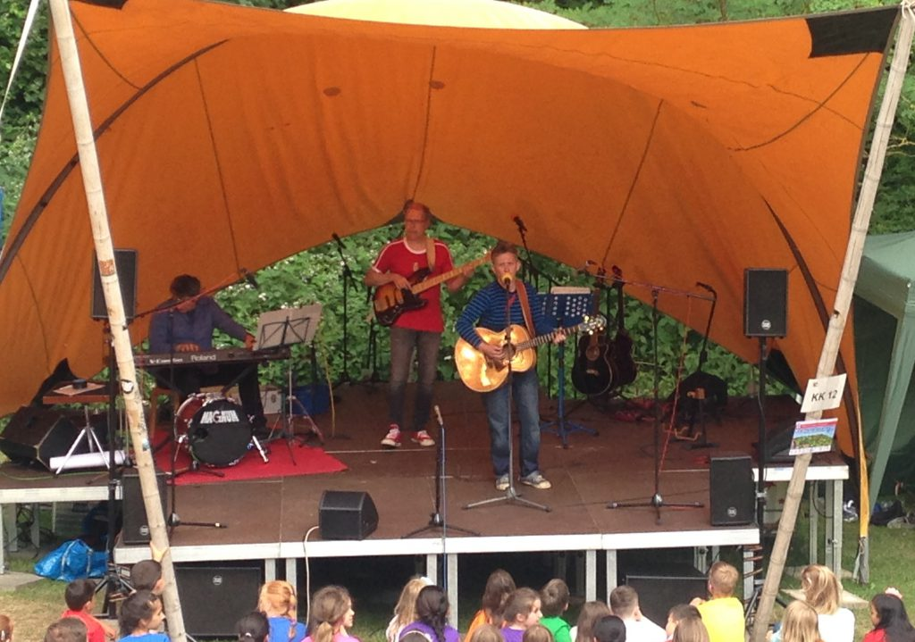 Uli, Matthias Meyer-Göllner und Suli Puschban live on stage bei der Kieler Kinderliederwoche