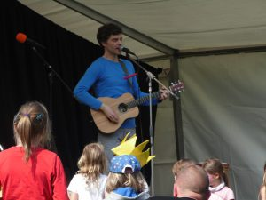 Kristian Ruffert - Mit Krone und Hund - auf dem Kindermusikfestival in Wangerooge 2016