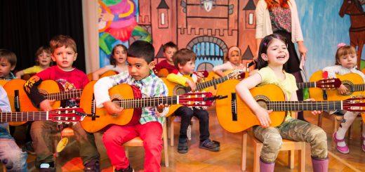 Kinder (hier bei einem Musikprojekt mehrerer Kitas in Düsseldorf) musizieren ab 4 Jahren auf der C-Gitarre - Bild von Uwe Reinert Originalbild unter: http://uwereinert.fotograf.de/photo/539aa91d-4b38-49ae-ab50-042c0a21b420