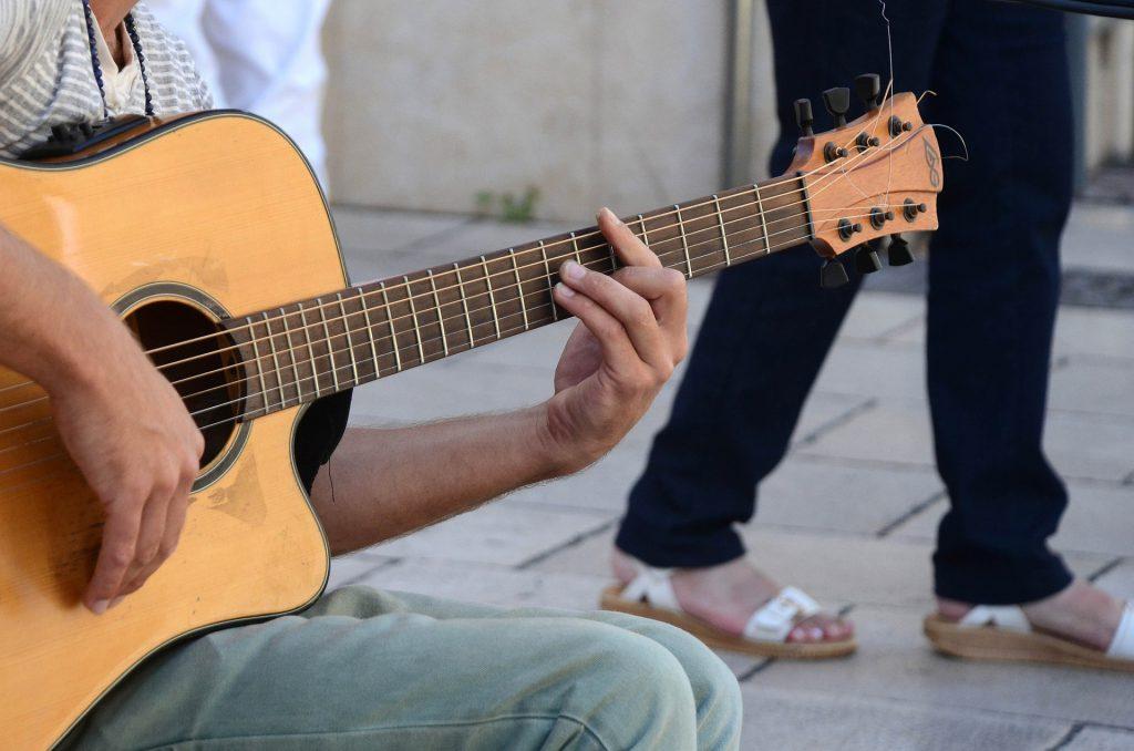 Barré-Akkorde sind auf der Gitarre besonders schwer zu greifen. Aber auch der Wechsel der anderen Griffe fällt Anfängern oft schwer.