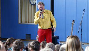 """Gerd Grashaußer alias Geraldino bei seinem Auftritt am """"Tag des Kinderliedes"""""""