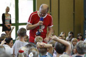Matthias Meyer-Göllner und die Kinder der Grundschule Lütjenburg
