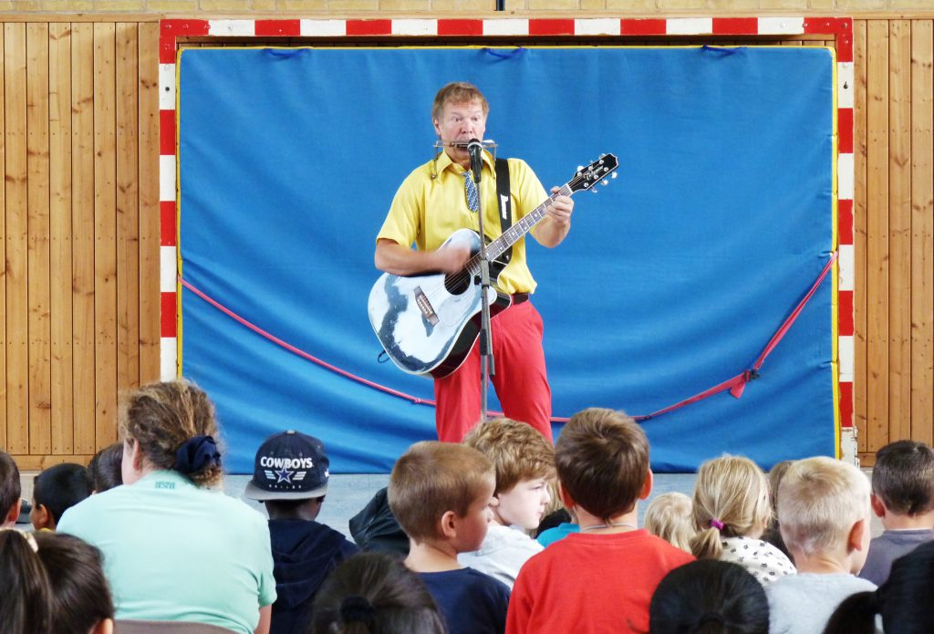Der Kinderliedermacher Geraldino bei seinem Konzert in der Adolf-Reichwein-Schule