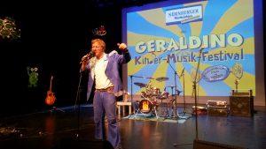 Festivalorganisator Geraldino auf der Bühne