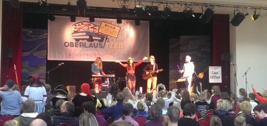 Die künstlerische Leiterin Beate Tarrach alias Liederliesel eröffnet am 4.2.2017 das Abschlusskonzert in Bautzen vor ausverkauftem Haus.