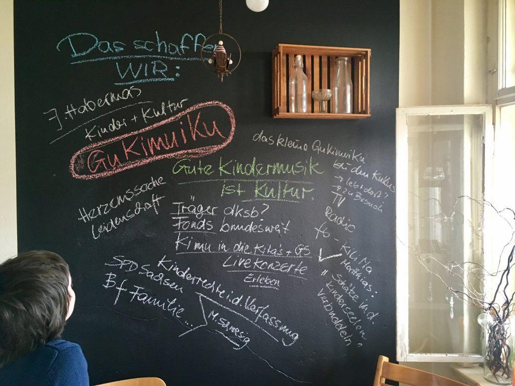 """Brainstorming an der Küchenwand für das Projekt """"GuKiMuiKu - Gute Kindermusik ist Kultur"""""""