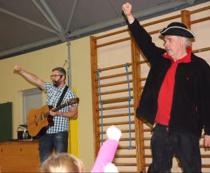 Jens Bremeier und Unmada beim Pi-Pa-Po-Piratengruß im Einsatz für die Kinder der staatlichen Regenbogenschule.