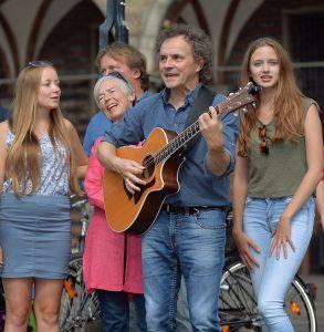 """Nicolas und David Jehn singen gemeinsam mit Bremer Bürgern ihre Lieder für das Projekt """"Bremen so frei"""" (Foto: Michael Bahlo)"""