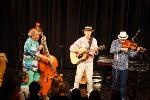 Ganz unterschiedliche Musikertypen: Ferri (Georg Feils), Rolf Grillo und Toni Geiling gemeinsam auf der Bühne