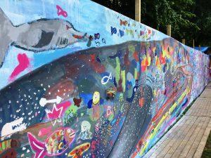 Viele große und kleine gemalte Meeresbewohner tummeln sich auf der Spiellinie
