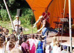 """""""Seid dabei"""", fordert Florian Müller gemeinsam mit den Kindern das Publikum auf."""