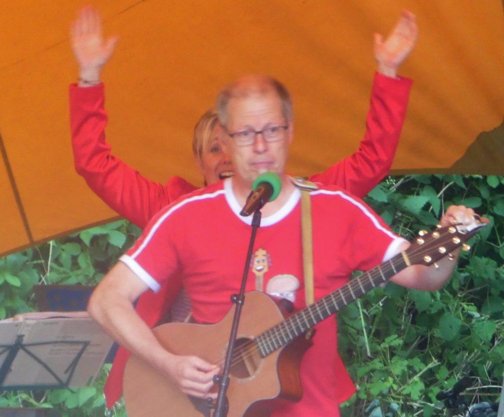 """Kinderliedermacher Matthias Meyer-Göllner auf der Bühne mit Sandra Faryn alias """"Faryna"""""""