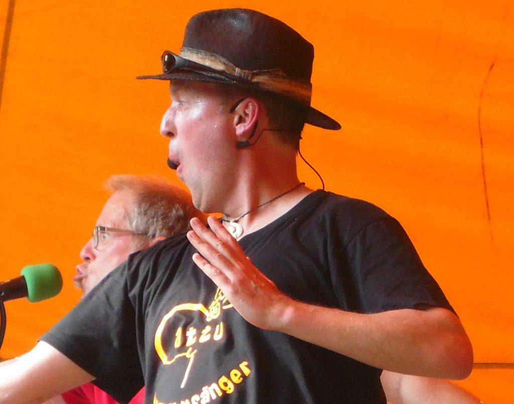 Gesang per Headset oder per Mikro in der Hand? Darüber diskutieren die Kinderliedermacher Matthias Meyer-Göllner und Cattu.
