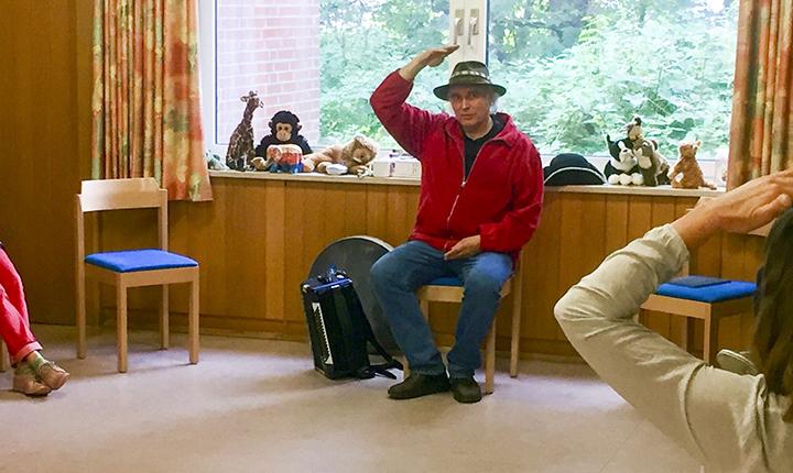 """Kinderliedermacher Unmada in seinem Workshop """"Singen, Rhythmus, Tanz und Gebärde""""."""