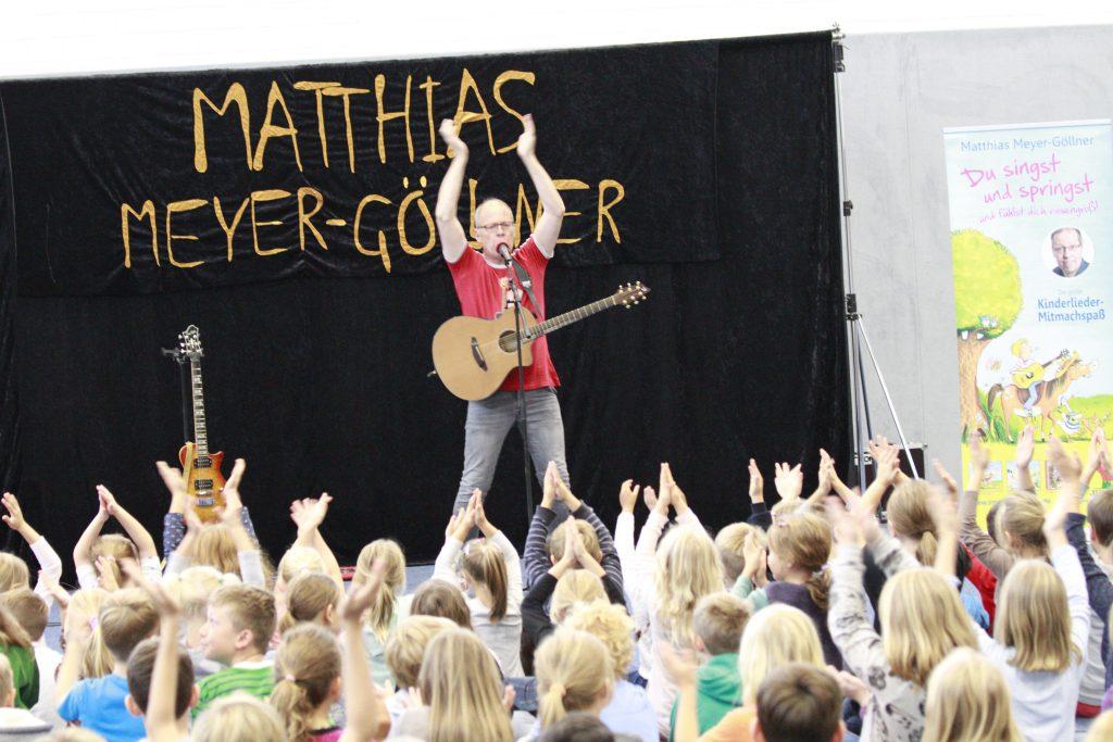 """""""Was können wir zusammen machen?"""" - Matthias Meyer-Göllner begeistert die kleinen Konzertbesucher."""